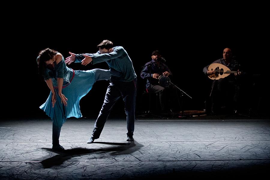 Regionteatern, dansscen. Bild tagen i ett häftigt danssteg.