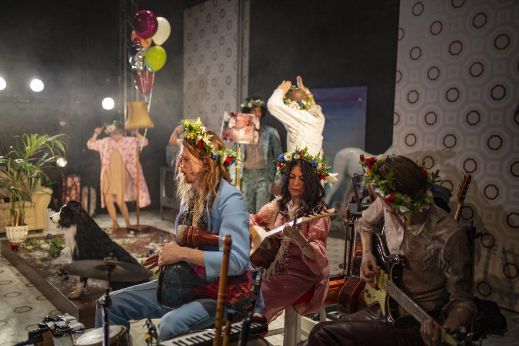Regionteatern. Balladen om Nygatan 8. Skådespelarna uppträder på scen.
