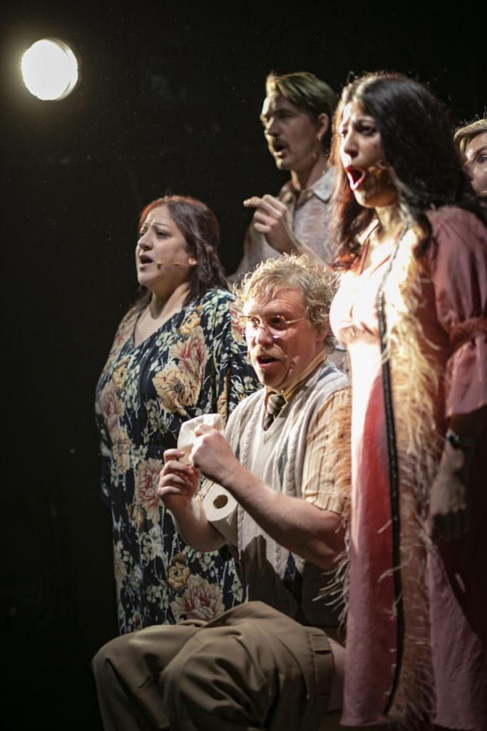 Regionteatern. Balladen om Nygatan 8. Skådespelarna sjunger på scen.