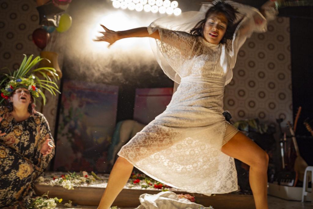 Regionteatern. Balladen om Nygatan 8. Gabriela i vild dans på scen.