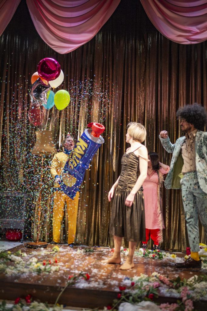 Regionteatern. Foto för programfolder, skådespelarna i ett hektiskt moment.