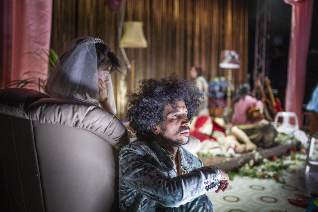 Regionteatern. Balladen om Nygatan 8. Gabriela Anselmo, Alaá Rashid sitter ner och ser sorgsna ut.
