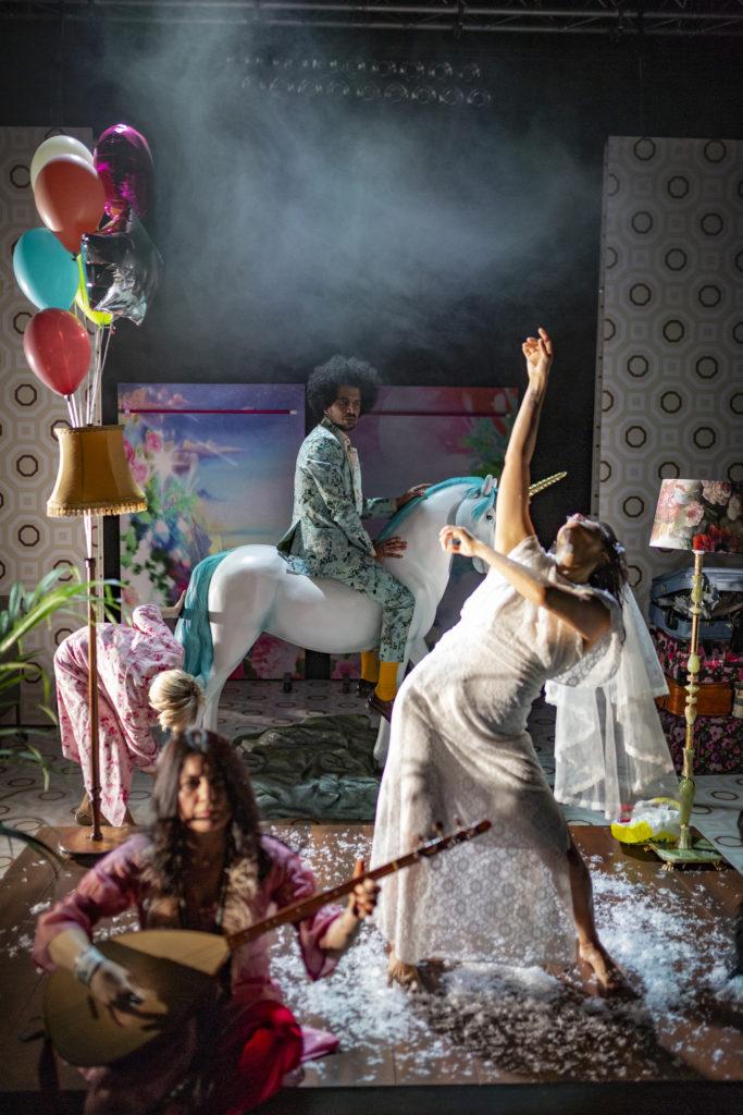 Regionteatern. Balladen om Nygatan 8. Fyra skådespelare på scen gör olika aktiviteter.