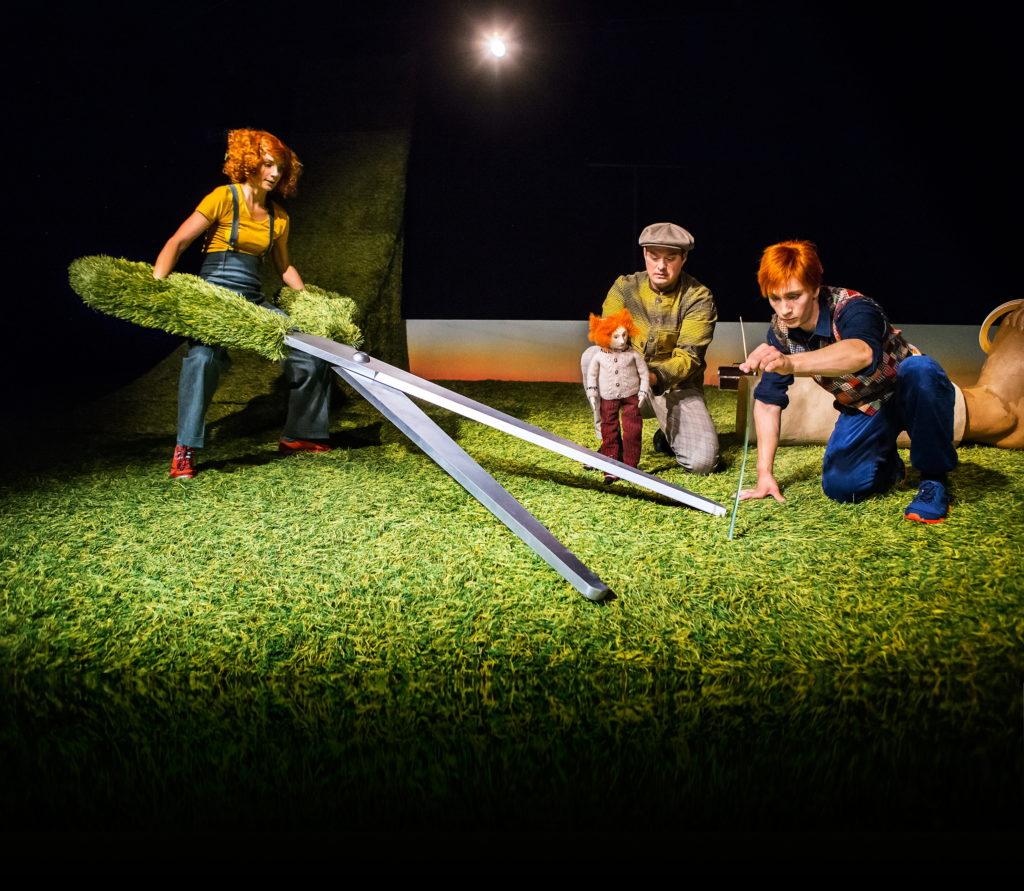 Regionteatern. GRÄS. Skådespelarna klipper gräs.